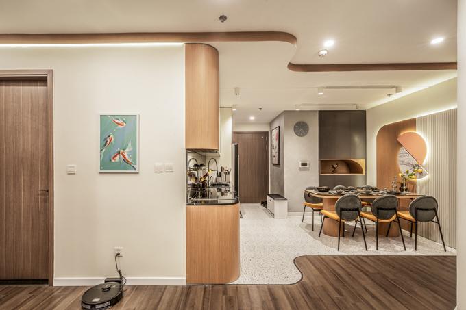 Nối tiếp các khu vực sinh hoạt chung là các phòng riêng. Chủ nhà treo nhiều tranh lên các mảng tường trống để căn hộ bớt trống trải.