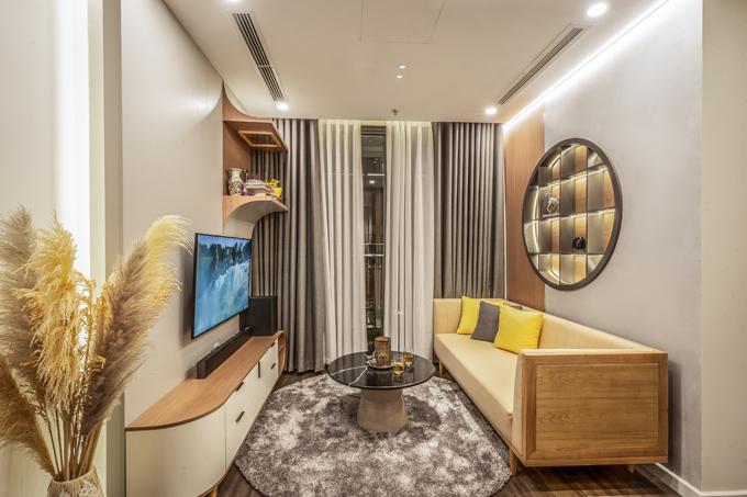 Sau khi đập 2 căn hộ thành 1, không gian sống được thiết kế, thi công có 1 phòng khách, 3 phòng ngủ, 1 gian bếp, được hoàn thiện bởi Sun Concept với chi phí 1,3 tỷ đồng. Tối giản, gọn gàng sẽ là lựa chọn tối ưu cho phòng khách để tăng diện tích sử dụng.