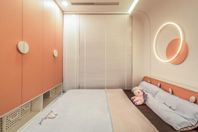 Phòng của trẻ nhỏ sử dụng màu sắc tươi sáng, hai phòng ngủ còn lại có tông màu trung tính chủ đạo, thể hiện tính cách của người sử dụng.