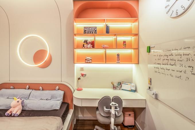 Mỗi phòng đều bố trí đèn led trên tường hoặc trên giá sách, vừa làm điểm nhấn vừa cung cấp độ sáng cần thiết.