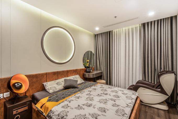 Phòng ngủ tiếp theo của căn hộ còn có thêm ghế massage, giúp gia chủ thư giãn sau ngày dài làm việc.