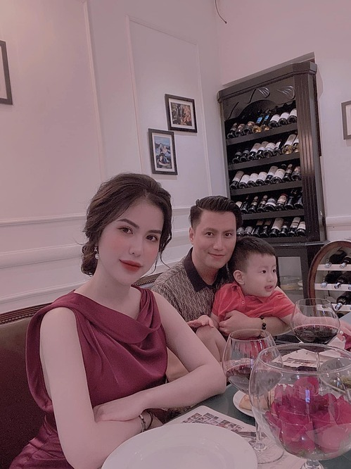 Việt Anh và vợ cũ trong bữa tiệc kỷ niệm chia tay sau một năm rưỡi ly hôn hồi tháng 9/2020.