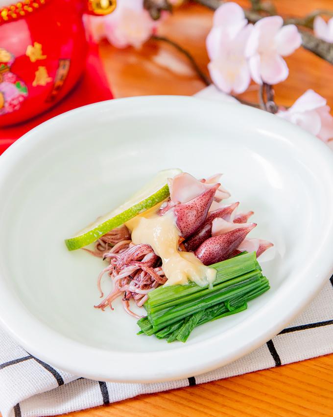 Mực Hotaru Ika hấp ăn kèm xốt Sumiso là đặc sản trong mùa hoa anh đào nở.