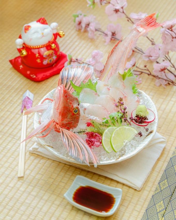 Houbou - mang mùa xuân ngay trong màu hồng của cá: Houbou được xem là loài cá hiếm, thuộc phân khúc cá thịt trắng chất lượng cao, với những miếng cá phảng phất màu hồng cùng chiếc vây xoè tựa đôi cánh.