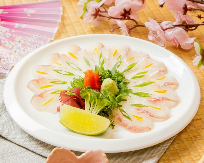 Houbou Usuzukuri với những miếng cá thái mỏng, hương vị đặc biệt khi dùng kèm xốt ponzu chua thanh, củ cải mài trộn bột ớt và hành lá xắt nhuyễn.