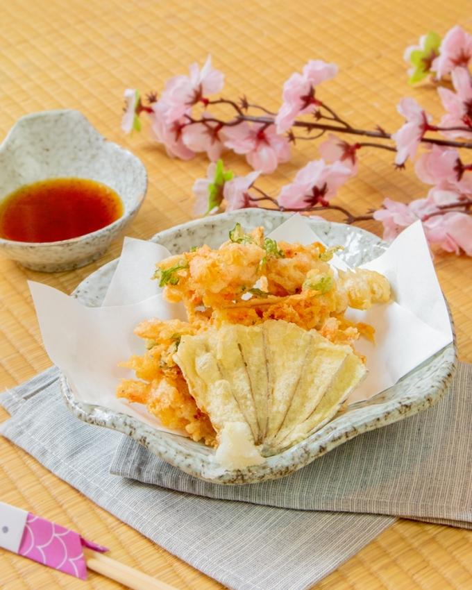 Tôm Sakura Ebi: Nhỏ bé nhưng đầy ắp dinh dưỡng, tôm Sakura thịt chắc và có vị ngọt dịu, hương thơm nhẹ ẩn trong lớp vỏ óng ánh sắc đỏ cam. Qua chế biến, Sakura Ebi sẽ giải phóng hương vị umami mà càng nhai kỹ, càng thấy thơm, ngọt và ngon hơn.
