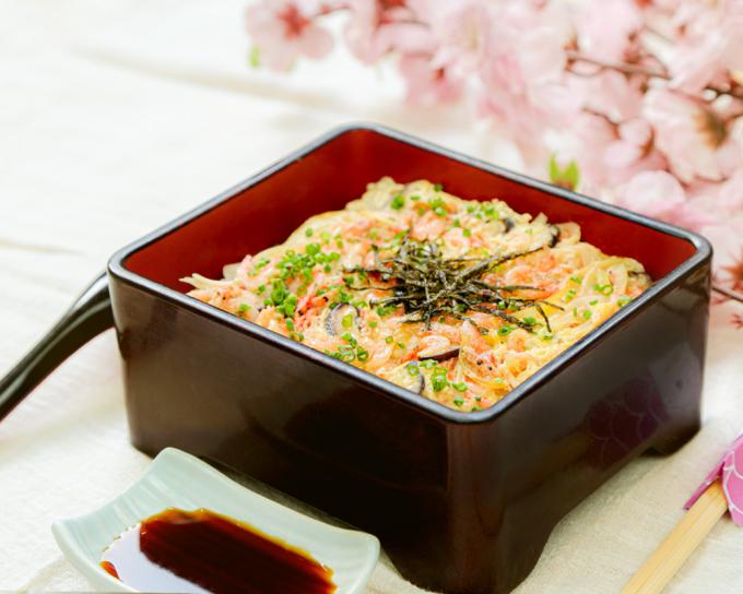 Sakura Ebi Don: cơm gạo Nhật dẻo, ngọt, thơm ngon, kết hợp tôm sakura và trứng hộp gỗ sơn mài.