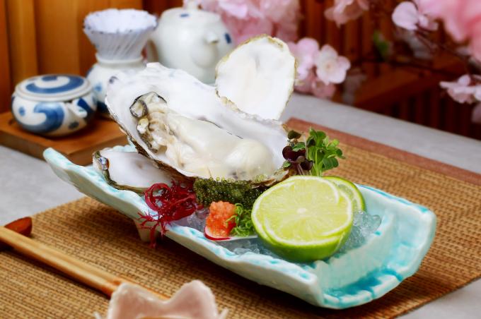 Magaki Sashimi: Hàu Magaki vắt chanh và chấm cùng xốt Ponzu để thưởng trọn hương vị tự nhiên thuần khiết của đại dương.