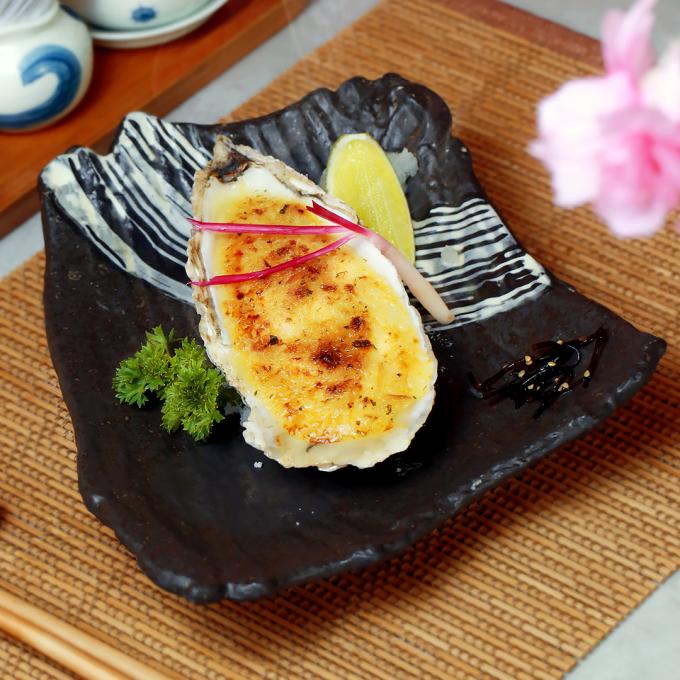 Magaki Miso Yaki: hàu Magaki nướng xốt Miso đậm đà với vị mặn, ngọt, thơm, béo hài hoà.