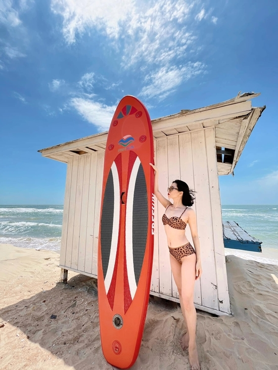 Chuyến đi đến Hồ Tràm lần này là dịp Lệ Quyên bí mật tổ chức sinh nhật cho tình trẻ Lâm Bảo Châu. Họ đặt một resort cao cấp để tận hưởng không gian biển thoáng đãng.