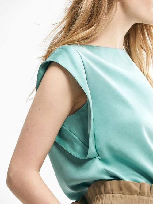 Áo sát nách với các kiểu dáng đa dạng, thiết kế tinh tế nhằm mang lại sự thoải mái và vẫn đảm bảo độ trang nhã cho chị em công sở.