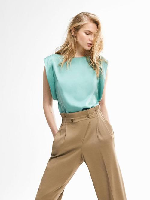Khi không thể mặc áo trễ vai, đầm hai dây đến văn phòng, phái đẹp có thể chọn lựa các mẫu trang phục sát nách để thay thế.