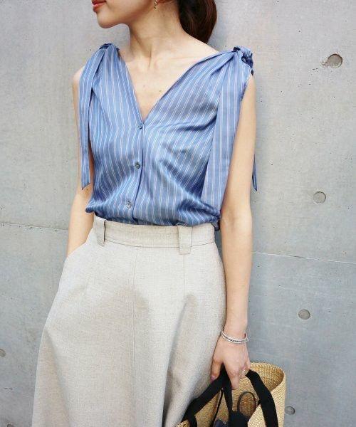 Ngoài các kiểu áo xếp bèo nhún đậm chất nữ tính, trang phục mùa hè còn được tạo điểm nhấn bằng các mẫu áo thắt nơ xinh xắn.