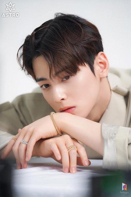 Mỹ nam Cha Eun Woo có 18,1 triệu lượt Follower trên Instagram, cho thấy sức hút đáng nể dù sinh năm 1997. Cha Eun Woo là thành viên nhóm nhạc Astro. Anh đẹp trai nổi bật với làn da trắng, sống mũi cao vút, chiều cao 185 cm, khiến fan gọi anh là ManJitNam - chàng trai bước ra từ truyện tranh. Bên cạnh vai trò ca sĩ, anh từng đóng Người đẹp Gangnam, Vẻ đẹp đích thực... Anh hiện theo học diễn xuất tại Đại học Sungkyunkwan.