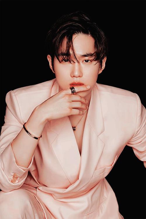 Ca sĩ Suho nhóm EXO có được 8,7 triệu lượt theo dõi trên Instagram. Anh từng đóng phim Rich Man, How are you Bread, Student A... Sinh năm 1991, ra mắt từ 2012 đến nay, sự nghiêp nam ca sĩ, diễn viên không có ồn ào tiêu cực và nhận được nhiều thiện cảm của khán giả. Gương mặt đẹp giúp Suho từng được các bác sĩ phẫu thuật thẩm mỹ tại Hàn Quốc chọn là thần tượng có tỷ lệ khuôn mặt hoàn hảo nhất.  Ngoài ra, anh có chất giọng khá trầm và ấm áp cùng kỹ năng nhảy xuất sắc.