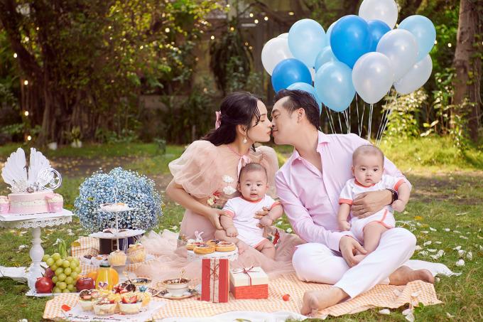 Dương Khắc Linh dành nụ hôn tình cảm đến vợ.