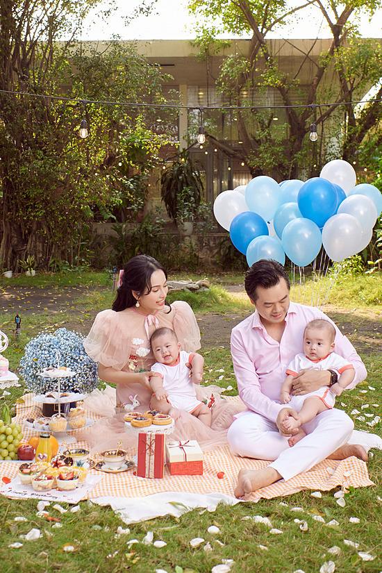 Ở tuổi 28, Sara Lưu có cuộc sống hôn nhân êm ấm. Vợ chồng cô chào đón cặp sinh đôi Mickey - Jerry vào tháng 9/2020. Thời gian qua, nữ ca sĩ tập trung toàn thời gian chăm sóc hai thiên thần nhỏ.