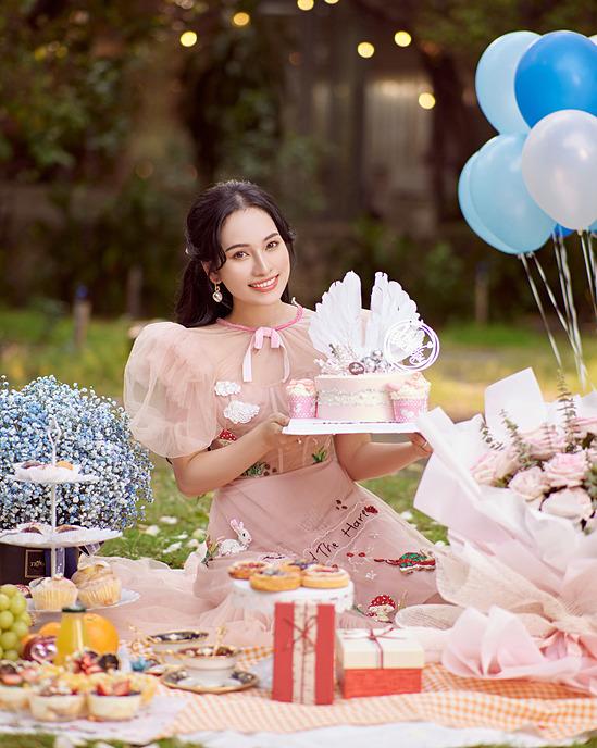Sara Lưu tên thật Lưu Ngọc Duyên, tốt nghiệp Học viện Âm nhạc Quốc gia Hà Nội và du học Hàn Quốc về chuyên ngành âm nhạc. Cô từng đoạt giải á quân Giai điệu chung đôi 2018.