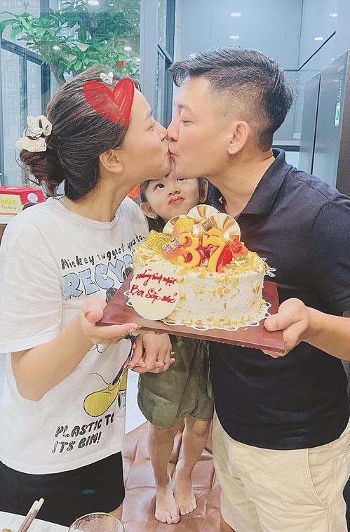 Khoảnh khắc tình cảm của vợ chồng Hải Băng - Thành Đạt. Ở tuổi 37, Thành Đạt có cuộc sống hạnh phúc bên vợ và 4 con.