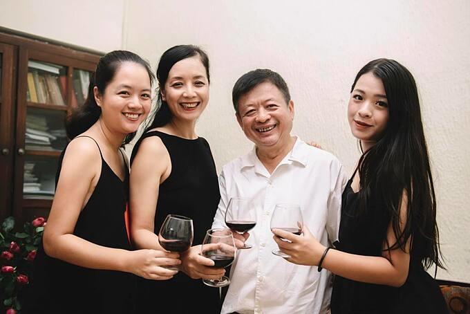 Nghệ sĩ Chiều Xuân và chồng mừng kỷ niệm 34 năm ngày cưới bên hai con gái.