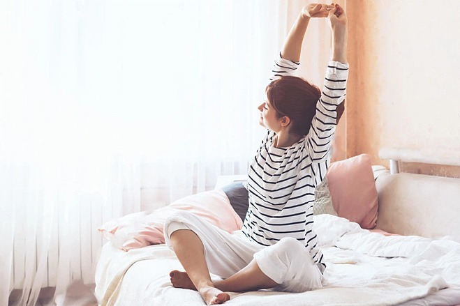Động tác vươn vai giúp kéo giãn các cơ bắp, tăng cường tuần hoàn máu, đánh thức cơ thể