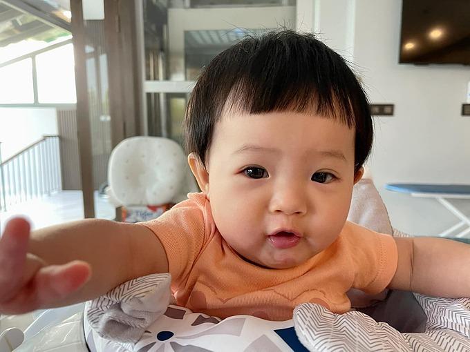 Bé Suchin - con gái Cường Đôla - đáng yêu khi được mẹ cắt tóc kiểu bát úp. Đàm Thu Trang kể: Ước mơ của mẹ hồi em nhõi còn trong bụng là có thể để kiểu tóc này cho em nhõi. Cảm ơn em đã thoả ước mơ của mẹ. Yêu em vô cùng.