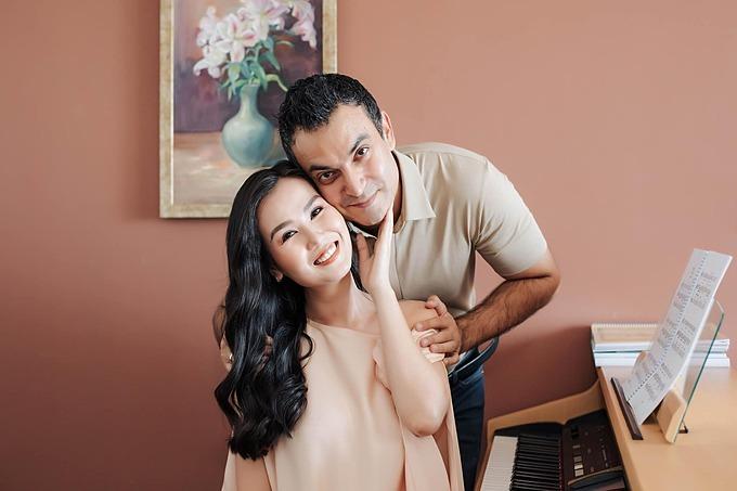 Ca sĩ Võ Hạ Trâm cho biết chính thức gia nhập hội mẹ bỉm sữa đẻ thuê vì phát hiện con giống hệt ông xã sau khi đi siêu âm về.