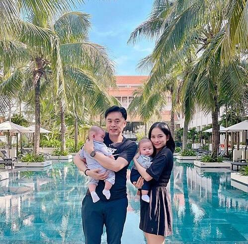 Vợ chồng nhạc sĩ Dương Khắc Linh đưa hai con song sinh đi du lịch nghỉ dưỡng.