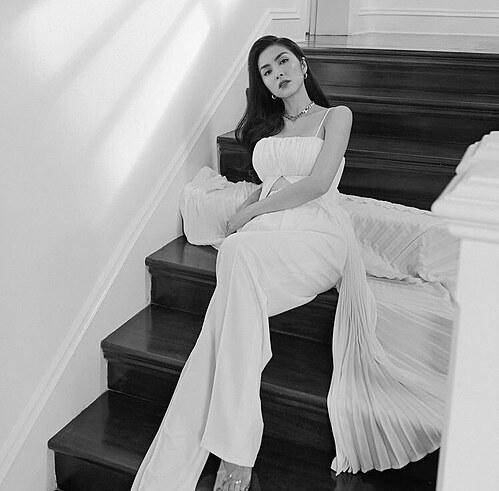 Tăng Thanh Hà xinh đẹp, quý phái trong loạt ảnh trắng được mới đăng tải.