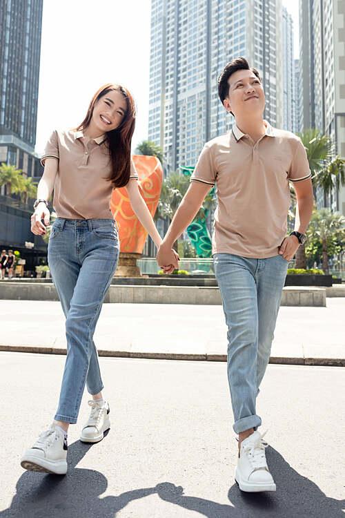 Vợ chồng Nhã Phương - Trường Giang diện đồ đôi, tay trong tay dạo phố.