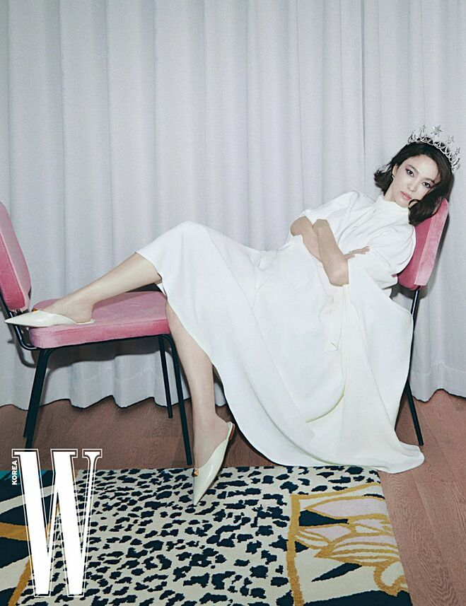 Song Hye Kyo khoe vóc dáng mảnh mai trong bộ ảnh chụp cho tạp chí W Korea số tháng 1/2021.