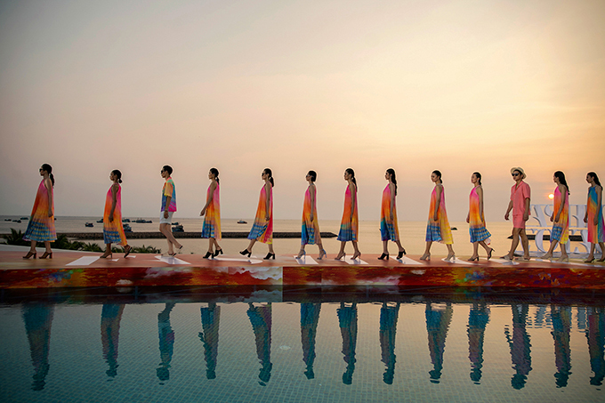 Dàn mẫu diện trang phục in sắc màu rực rỡ trình diễn trên sàn catwalk dựng sát bờ biển để đón hoàng hôn trên đảo Phú Quốc.