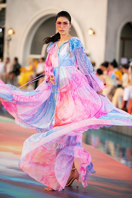 Minh Tung tung váy và xoay người điệu nghệ khi diện trang phục maxi phù hợp xu hướng hè 2021.