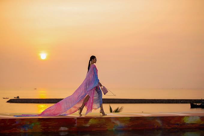 Siêu mẫu Thanh Hằng đảm nhiệm vị trí vedette, sải bước kiêu kỳ trong khung cảnh lãng mạn bên bờ biển ở đảo ngọc Phú Quốc. Đây là khoảnh khắc được khán giả mong chờ nhất khi đến tham dự show diễn lần này.