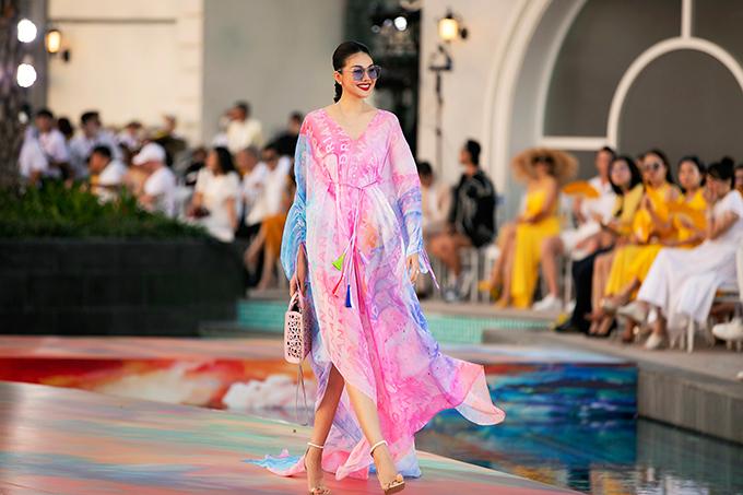 Thanh Hằng di chuyển nhẹ nhàng trên sàn catwalk vô cực với váy lụa bay bổng với mảng màu bắt mắt, in logo độc quyền.