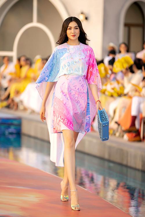 Á hậu Lệ Hằng luôn là gương mặt không thể thiếu trong các fashion show của nhà thiết kế Adrian Anh Tuấn.