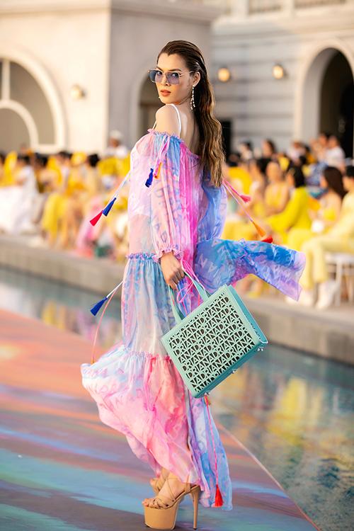 Hoa hậu chuyển Trân Đài đọ dáng cùng các chị đại và dàn mẫu chuyên nghiệp tại show diễn kết hợp giữa thời trang và những chuyến phiêu du.