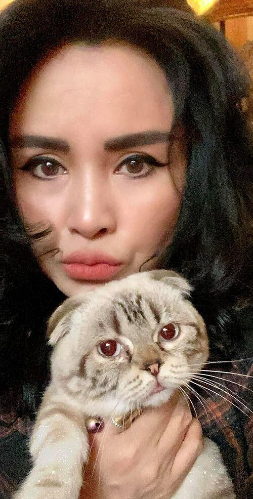 Ca sĩ Thanh Lam pose ảnh cùng mèo cưng.