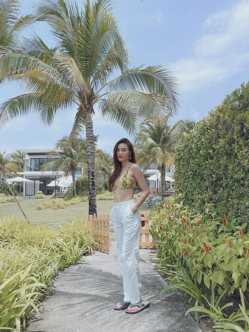 Ninh Dương Lan Ngọc mặc gợi cảm khoe eo thon khi du lịch nghỉ dưỡng cùng gia đình tại một resort ở Vũng Tàu.
