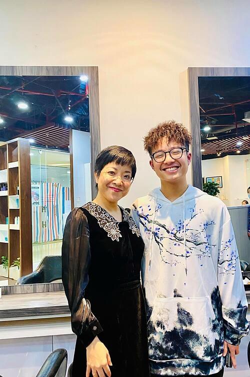 MC Thảo Vân phì cười với bộ tóc theo trend của con trai.