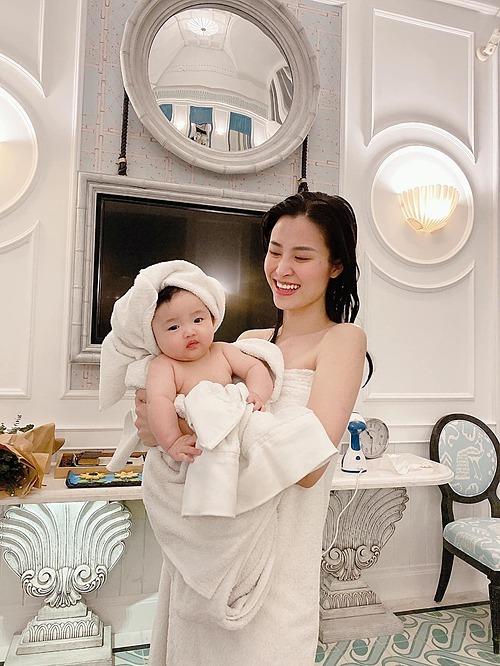 Khoảnh khắc đáng yêu của Đông Nhi và con gái.