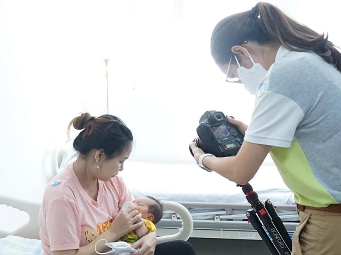 Á hậu Hoàng My cố gắng ghi lại hình ảnh chân thật của từng em nhỏ.