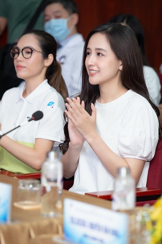 Mai Phương Thúy (phải) diện trang phục giản dị
