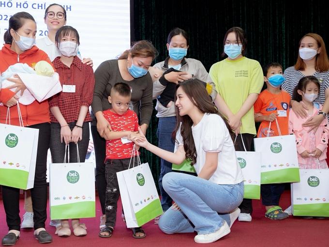 Người đẹp lên sân khấu trao quà cho các em nhỏ được hỗ trợ trong đợt này.