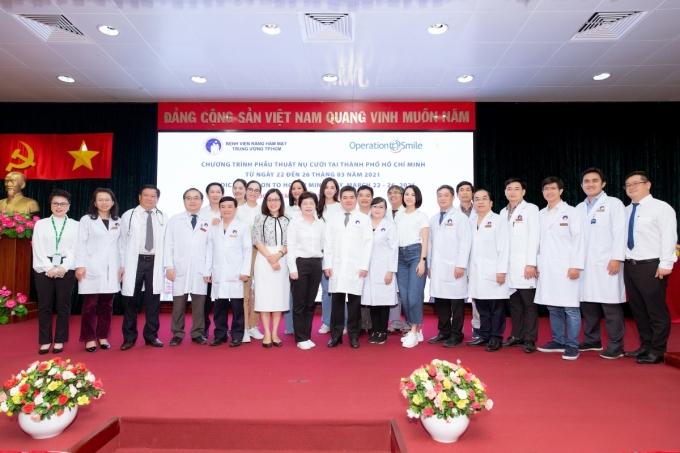 Các khách mời chụp ảnh kỷ niệm cùng đội ngũ y bác sĩ.