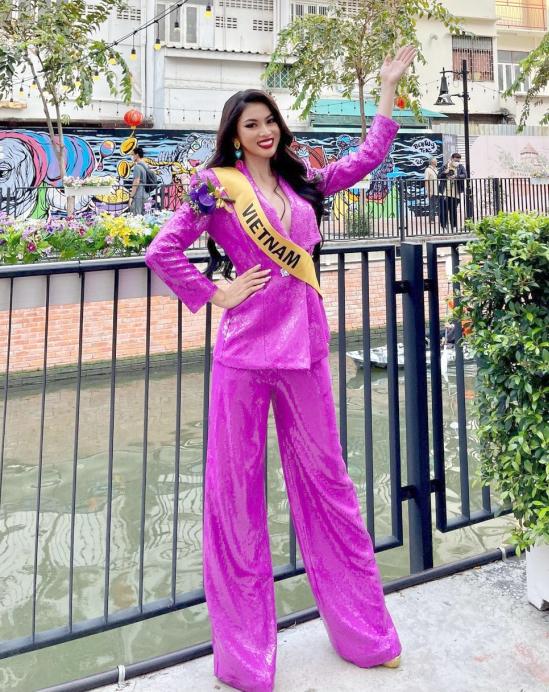 Á hậu Nguyễn Lê Ngọc Thảo đang có mặt ở Thái Lan để tham dự cuộc thi Miss Grand International năm nay. Trong lịch trình của ban tổ chức, người đẹp TP HCM có cơ hội giao lưu và tìm hiểu về cuộc sống địa phương, bao gồm cả một số địa điểm du lịch nổi tiếng. Mới đây, cô nàng sinh năm 2000 hào hứng chia sẻ khoảnh khắc hội chị em hoa hậu check in ở con kênh Ong Ang - một trong những điểm du lịch hót hòn họt nhất ở Bangkok thời điểm này.