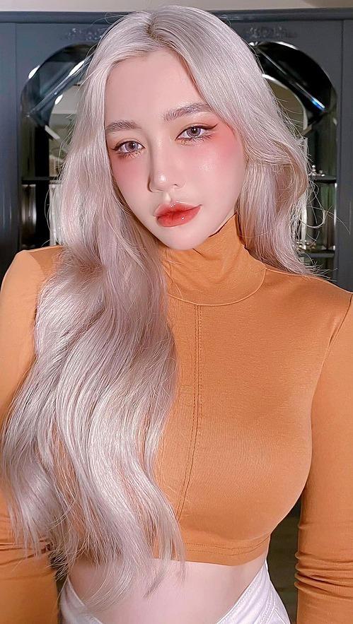 Elly Trần đầy ma mị với mái tóc trắng. Cô hài hước nói: Ai ai cũng có những thú vui riêng vậy mà mỗi khuya đúng 12 giờ mình chỉ ngồi chải tóc trước gương thôi mà sao mọi người dần dà bỏ mình đi hết dị.