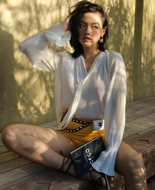 Đầu mùa hè 2021, mẫu túi bé xinh của Chanel là phụ kiện được Khánh Linh yêu thích nhất. Cô phối mini bag cho nhiều set đồ phù hợp với tiết trời mùa nắng.