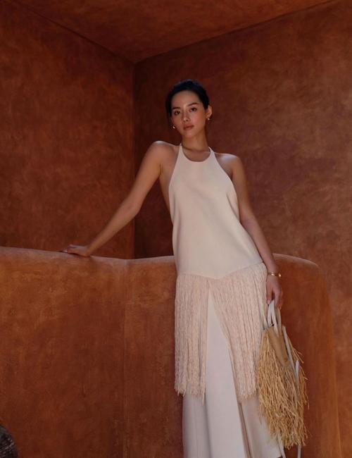 Túi đan thủ công của Jacquemus được kết hợp nhịp nhàng cùng váy tông trắng, trang trí tua rua điệu đà.