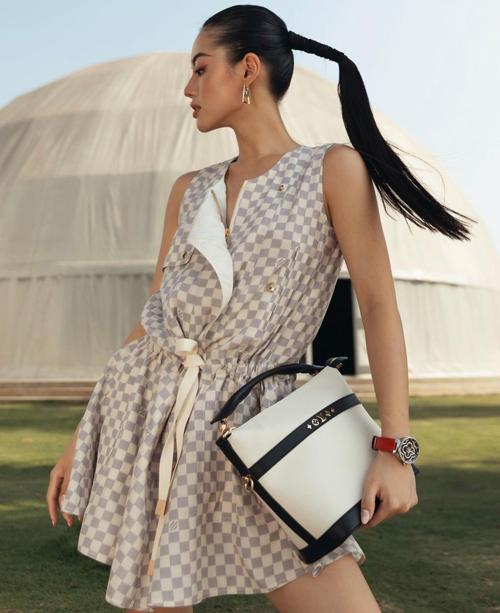 Tạo hình khỏe khoắn và năng động của Khánh Linh với nguyên set đồ của Louis Vuitton.